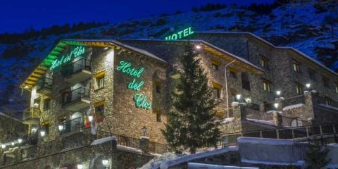 Neilson Hotel Del Clos at night.