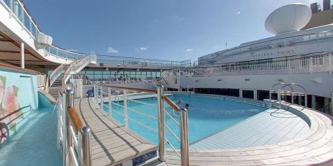 Family pool aboard P&O Aurora.