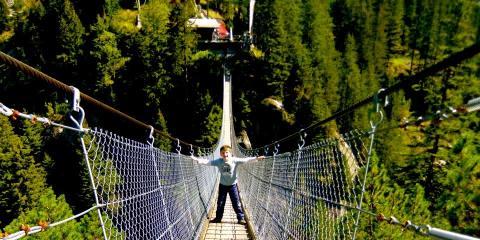 Braving the hanging bridge at Handeck.