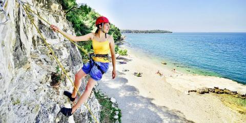 The climbing wall at Camping Lanterna.