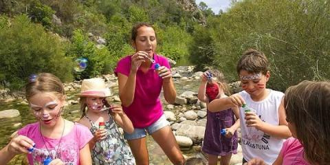Kids' club fun on the river at Sole di Sari Campsite.