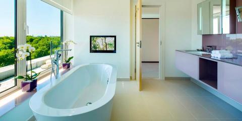 Bathroom with Hyde Park views at the Metropolitan