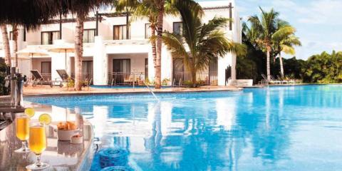 [copyright]Drinks by the pool on summer holidays at Azul Beach Resort Riviera Maya, by Karisma.[/copyright]